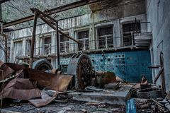 Ruined a abandonné l'usine d'énergie hydroélectrique Générateur rouillé aux machines Toit démoli Gagra, Abkhazie photo libre de droits