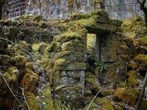 Ruined ha abbandonato la casa di pietra con le pareti crollate Fotografia Stock Libera da Diritti