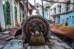 Ruined ha abbandonato la centrale elettrica di energia idroelettrica Generatore arrugginito a macchinario Tetto demolito Gagra, A Fotografia Stock Libera da Diritti