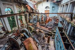 Ruined ha abbandonato la sottostazione elettrica Generatore arrugginito a macchinario Tetto demolito Immagine Stock