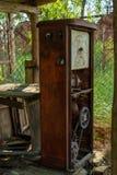 Ruined ha abbandonato la stazione di benzina durante l'estate nel villaggio dimenticato perso fotografia stock