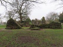 Ruinen in Abbey Gardens stockfotos