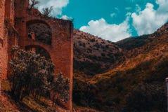 Ruinen auf der Landstraße panoramisch lizenzfreies stockfoto