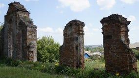 Ruinen der alten Kirche stockfotos