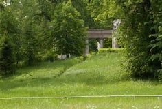 Ruinen der alten Kolonnade im Sommer parken lizenzfreies stockbild