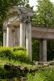 Ruinen der alten Kolonnade im Sommer parken lizenzfreie stockbilder