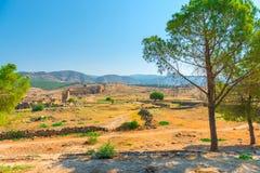 Ruinen der alten Stadt auf einem malerischen Hügel Lizenzfreie Stockfotos