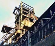 Ruinen der Fabrik - rostiger Metallturm im Sonnenschein Lizenzfreies Stockfoto