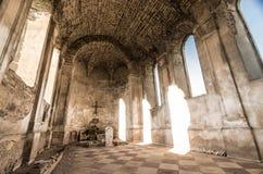 Ruinen der katholischen Annahme-Kirche nahe bei Überresten von Chervonohorod ziehen sich in Ukraine zurück Stockfotos