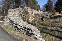 Ruinen der mittelalterlichen Festung Krakra vom Zeitraum des ersten bulgarischen Reiches, Pernik, Bulgarien Stockfoto