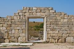 Ruinen der Steinwand mit Eingang lizenzfreie stockfotografie