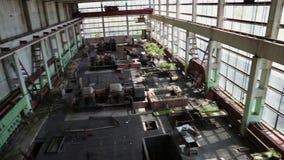 Ruinen der verlassenen industriellen Fabrik, des großen industriellen workshopo oder des Lagergebäudes nach innen stock video footage