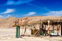 Ruinen in der Wüste gegen den Hintergrund von felsigen Bergen und von blauem Himmel mit Wolken in Ägypten stockfotografie