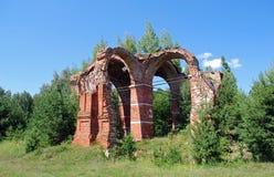 Ruinen der zerstörten Kirche Russische Fernplätze Lizenzfreie Stockfotos