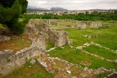 Ruinen des alten Amphitheaters an der Spalte, Kroatien - archaeolog Lizenzfreie Stockfotos