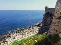 Ruinen des alten Schlosses und des blauen Meeres, Kreta Stockbild
