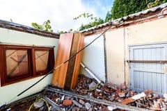 Ruinen des alten verlassenen Familienhauses zerstört in der Naturkatastrophe stockfotos