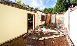 Ruinen des alten verlassenen Familienhauses zerstört in der Naturkatastrophe stockbild