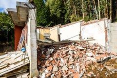 Ruinen des alten verlassenen Familienhauses zerstört in der Naturkatastrophe lizenzfreie stockfotos