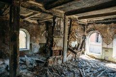 Ruinen des alten verlassenen Gebäudes, beschädigt im Kriegs-, Unfall- und Verwüstungskonzept, in gebrochenen Wänden und in den Mö stockbild