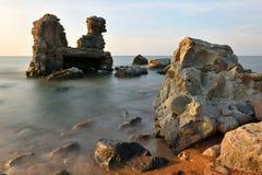 Ruinen des Bunkers auf dem Strand lizenzfreie stockfotografie