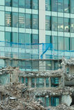 Ruinen des Gebäudes unter Zerstörung, städtische Szene Stockbilder
