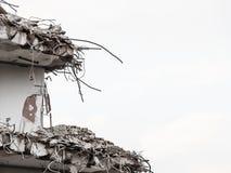 Ruinen des Gebäudes unter Zerstörung, städtische Szene Stockfotografie