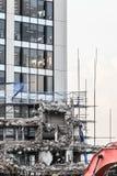 Ruinen des Gebäudes unter Zerstörung, städtische Szene Stockfoto