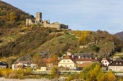 Ruinen des Hinterhaus ziehen sich über der Stadt von Spitz, Österreich zurück Lizenzfreies Stockbild