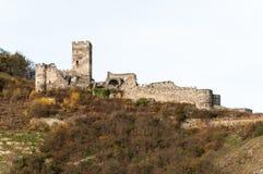 Ruinen des Hinterhaus ziehen sich über der Stadt von Spitz, Österreich zurück Stockfotografie