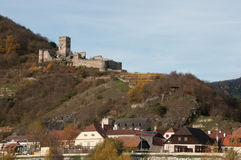 Ruinen des Hinterhaus ziehen sich über der Stadt von Spitz, Österreich zurück Lizenzfreie Stockbilder