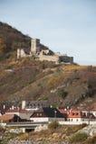 Ruinen des Hinterhaus ziehen sich über der Stadt von Spitz, Österreich zurück Lizenzfreies Stockfoto