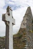 Ruinen des keltischen Kreuzes und der Kirche Stockbild