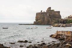Ruinen des normannischen Schlosses in Aci Castello, Sizilien-Insel Lizenzfreie Stockfotografie