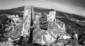 Ruinen des Schlosses Gymes in Slowakei, farblos Stockfoto