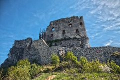 Ruinen des Schlosses in Mirow nahe bei castel in Bobolice Ziehen Sie sich im Dorf von Mirow in Polen, Jura Krakowsko-Czestochowsk Lizenzfreies Stockbild