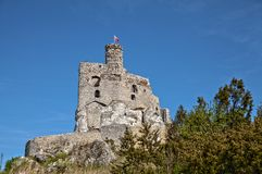 Ruinen des Schlosses in Mirow nahe bei castel in Bobolice Ziehen Sie sich im Dorf von Mirow in Polen, Jura Krakowsko-Czestochowsk Stockfoto