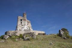 Ruinen des Schlosses in Mirow nahe bei castel in Bobolice Ziehen Sie sich im Dorf von Mirow in Polen, Jura Krakowsko-Czestochowsk Lizenzfreie Stockbilder