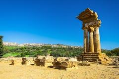 Ruinen des Tempels der Gießmaschine und des Pollux mit Agrigent im Hintergrund stockbilder