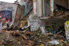 Ruinen des weißen Ziegelsteinhauses stockfoto