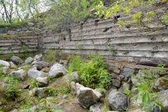 Ruinen einer alten deutschen PILLENSCHACHTEL von Zeiten des Zweiten Weltkrieges, Murmansk-Region Stockfotos