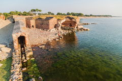 Ruinen einer alten Festung auf der Küste Stockbild