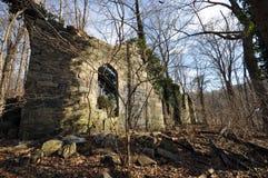 Ruinen einer alten Kirche Stockbilder