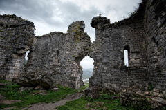 Ruinen einer alten Kirche von Bzyb in der Republik von Abchasien Lizenzfreie Stockbilder