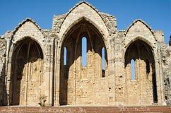 Ruinen einer mittelalterlichen Kirche Lizenzfreie Stockfotos