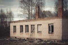 Ruinen einer ruinierten alten großen Fabrik Stockfotos