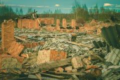Ruinen einer ruinierten alten großen Fabrik Stockfoto