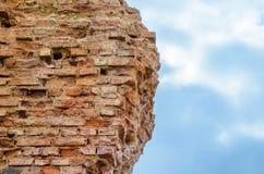Ruinen einer ruinierten Backsteinmauer gegen den Himmel Lizenzfreies Stockfoto