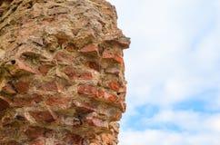 Ruinen einer ruinierten Backsteinmauer gegen den Himmel Lizenzfreie Stockfotos
