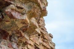 Ruinen einer ruinierten Backsteinmauer gegen den Himmel Lizenzfreie Stockfotografie